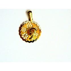 Medalla oro con Virgen niña y flores .