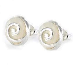 Pendiente con espiral en plata y fondo de nácar en blanco.