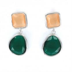 Pendientes de plata con dos piedras facetadas en color verde y caramelo.